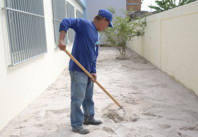 Prefeitura intensifica troca de areia de parquinhos das escolas durante férias escolares