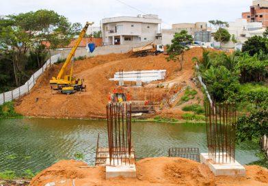 Obras de passarela avançam e chegam à fase de instalação das peças de aço